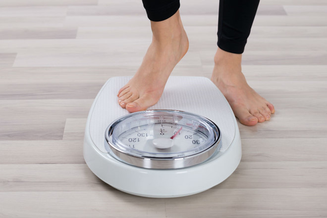 Cân nặng đã trở thành nỗi ám ảnh của vợ, cứ đến tết vợ lại lên kế hoạch giảm cân cấp tốc. Ảnh minh hoạ