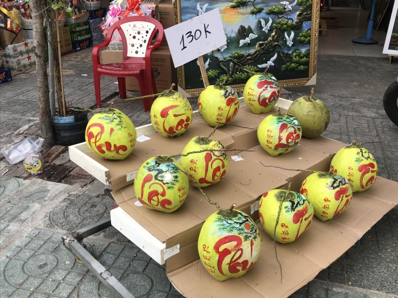 Còn tại một cửa hàng gần công viên Hoàng Văn Thụ (quận Tân Bình) nhiều sản phẩm dừa vẽ chữ khá thu hút khách hàng, với giá 130.000 đồng/trái,