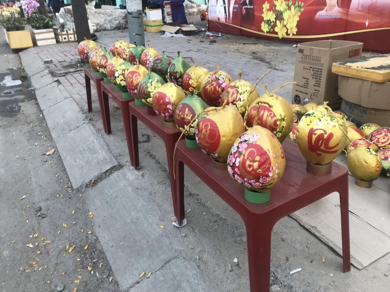 Với giá 100.000 đồng/trái nhỏ, 120.000 đồng/trái lớn, dừa thưa pháp cũng được bày bán tràn vỉa hè đoạn dưới chân cầu Phú Long (quận 12)