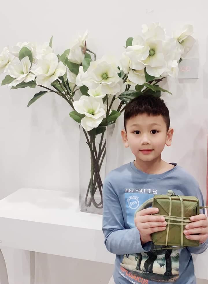 """Lã Thanh Huyền khoe thành quả bánh chưng mà con trai gói cùng các bạn về biếu bố mẹ ăn Tết. Nữ diễn viên hài hước: """"Tết này chắc không phải sắm gì nữa rồi""""."""