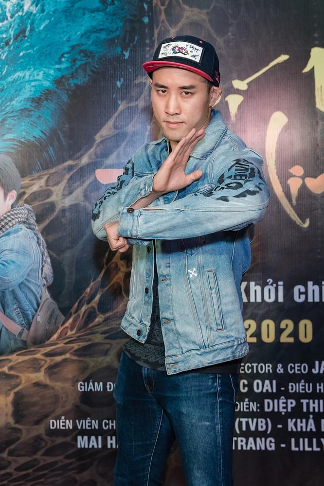 Dịch Dương trẻ trung với quần jeans, áo thun khoe vẻ điển trai mà không kém phần cá tính. Đảm nhiệm vai chính trong tác phẩm hợp tác Việt - Trung lần này, nam diễn viên không giấu được sự hồi hộp chờ đợi phản ứng của khán giả và không quên dành lời khen cho các bạn diễn, đặc biệt là Khả Ngân.