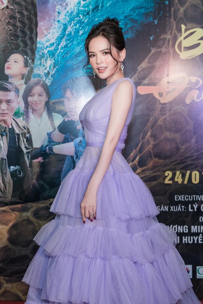 Trung thành với phong cách gợi cảm, Phi Huyền Trang đốt mắt khán giả với bộ cánh khoét ngực sâu kiêu kỳ.