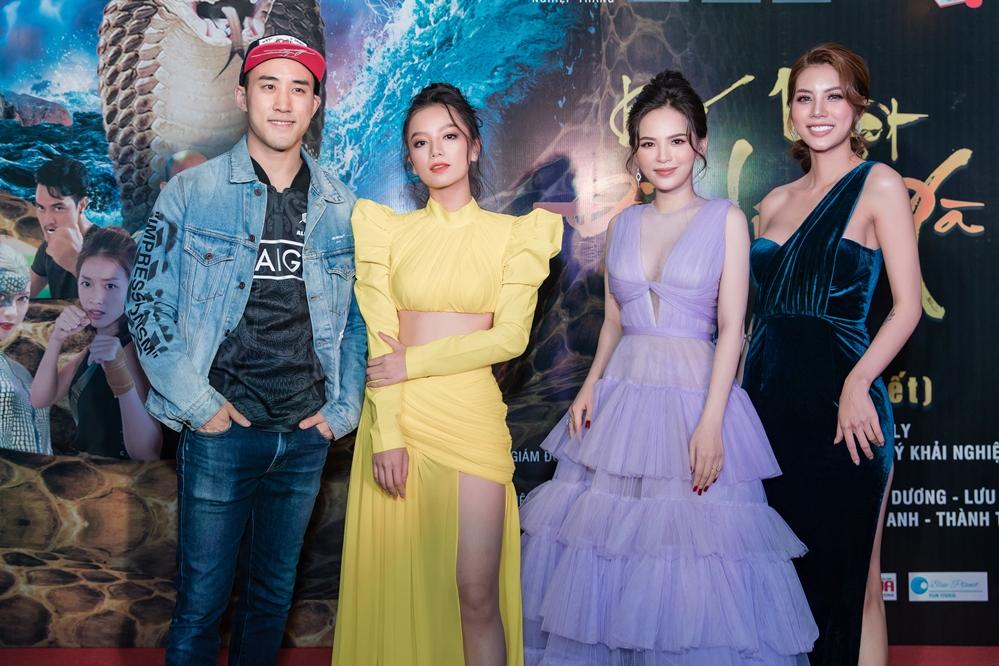 Tối 19/1, hai diễn viên TVB Dịch Dương và Lôi Dũng cùng nhiều mỹ nhân Việt  tham dự lễ ra mắt phim Bí mật đảo Linh Xà thu hút sự chú ý của công chúng.
