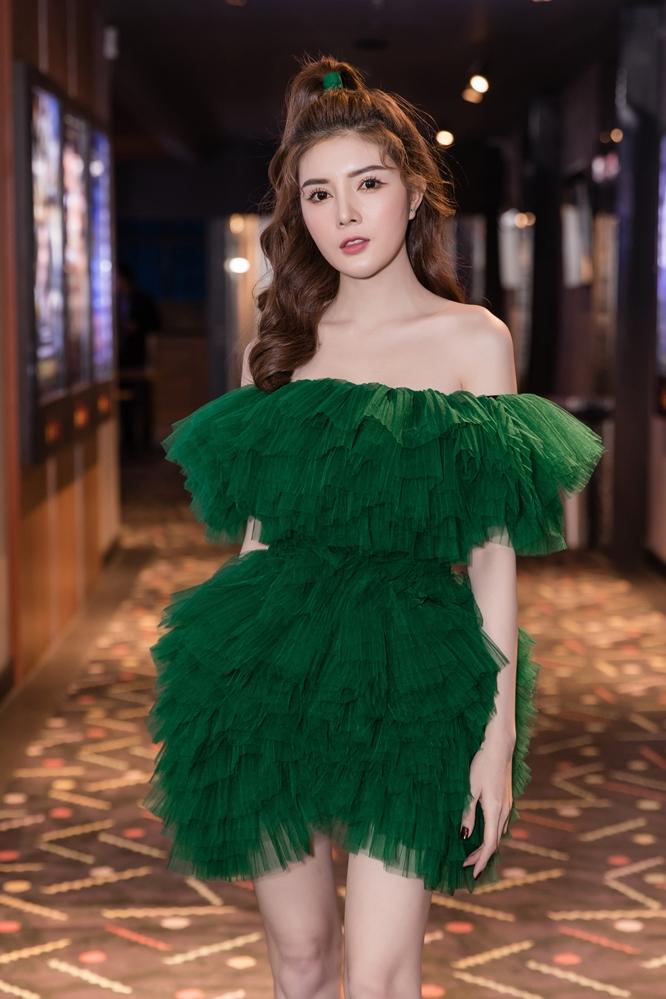 Lity Luta nữ tính trong chiếc đầm xanh xếp tầng, cúp ngực đẹp mắt. Lựa chọn tông trang điểm nhẹ nhàng giúp cô nàng nhận được nhiều lời khen ngợi.