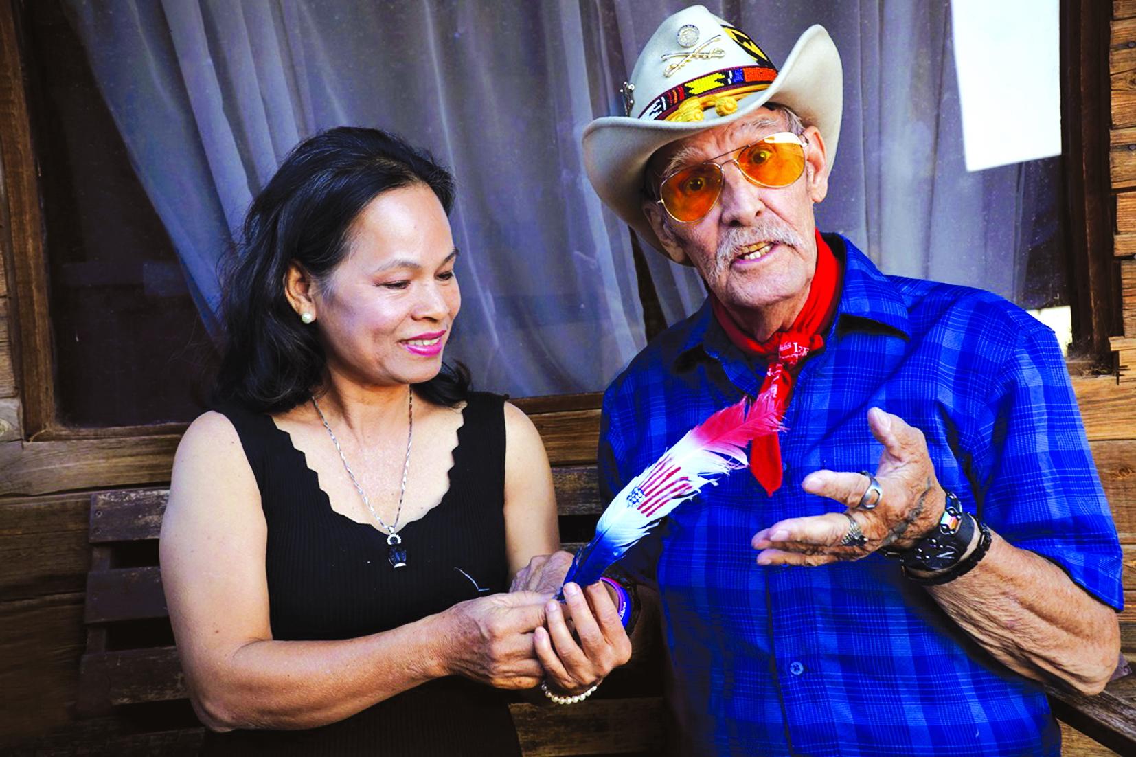 Ông Ron Eagle tặng chiếc lông biểu tượng người da đỏ, không nén được những bức xúc…