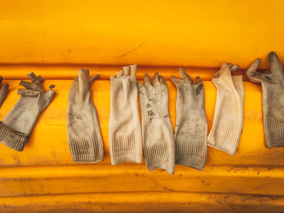 Bao tay nhặt rác của những người yêu môi trường