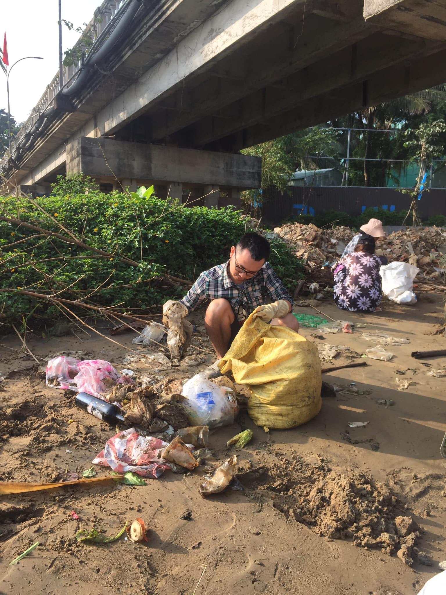 Túi nilon đầy dưới gầm cầu Cẩm Nam, Hội An