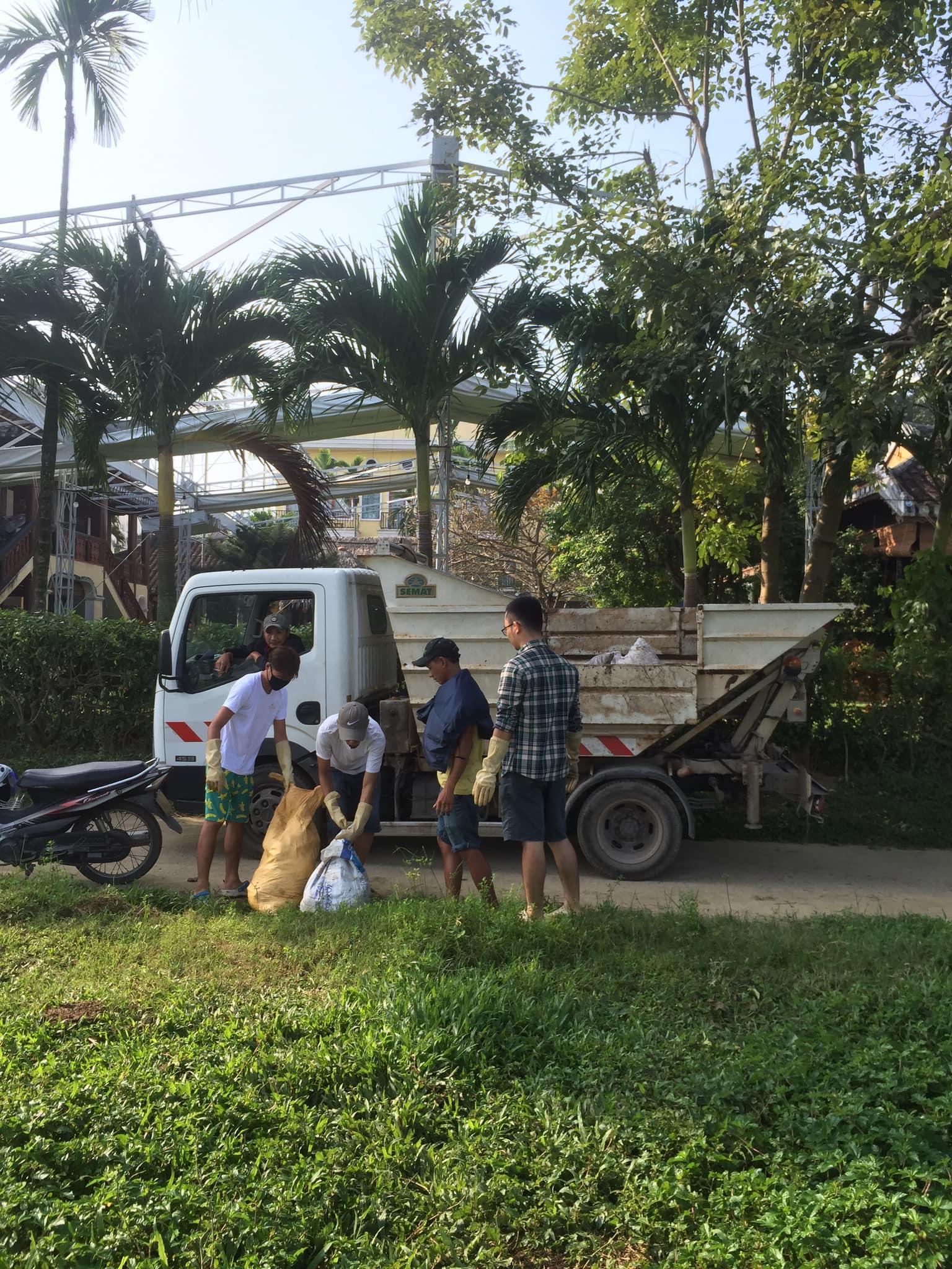 Tập kết rác lên xe chuyên chở về nơi xử lý đúng quy định