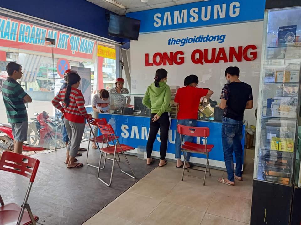 Một số khách hàng chọn rút tiền từ thẻ ATM thông qua các dịch vụ bên ngoài