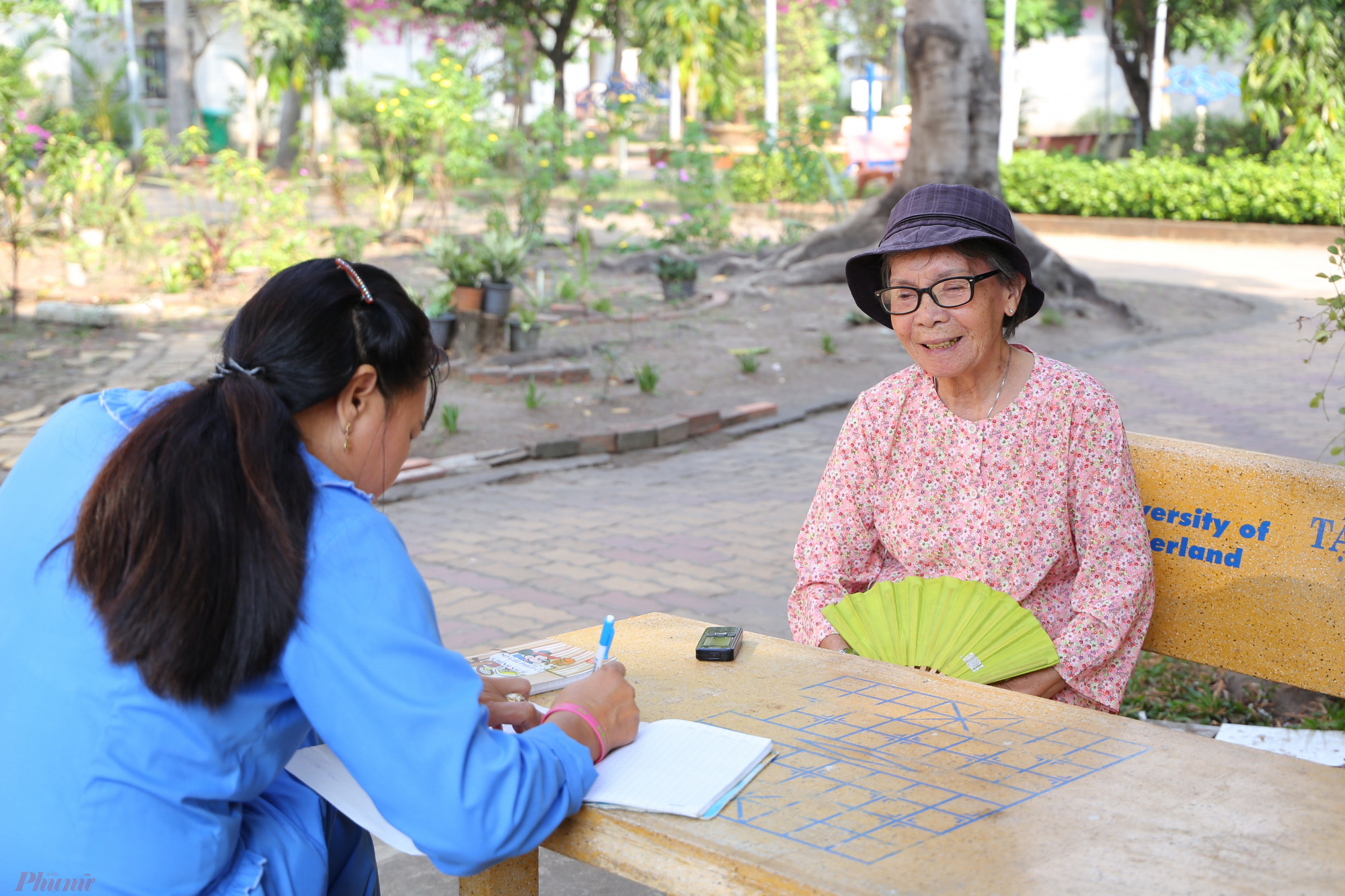 Cụ Nguyễn Thị Thanh đăng ký thực đơn ăn uống dịp Tết với nhân viên Viện dưỡng lão. Cụ vừa trải qua đợt bệnh dài nên khu vườn do cụ chăm sóc cũng dần trơ gốc, chết dần.