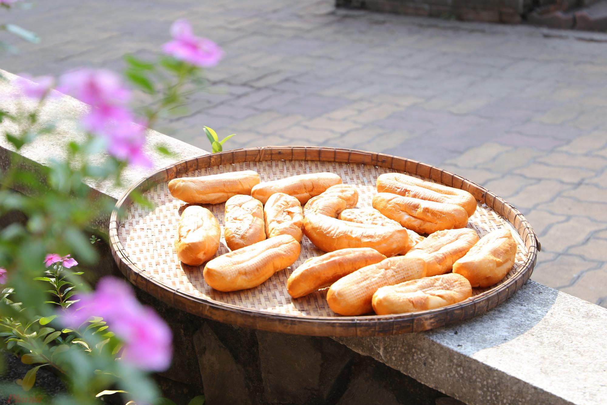 Những chiếc bánh mì còn sót lại sau bữa ăn được đem phơi để dành cho một lần ăn khác