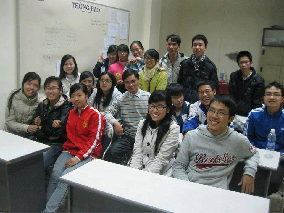 Thầy Quang (ở giữa) cùng sinh viên khoa Toán lớp chất lượng cao khóa 62