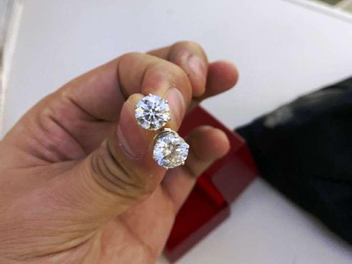Trang sức kim cương được tiếp viên hàng không nhặt được trả lại cho khách