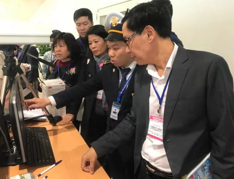 Đoàn công tác của Bộ Y tế do ông Đặng Quang Tấn - Phó Cục trưởng Phụ trách Cục Y tế dự phòng, Bộ Y tế làm trưởng đoàn cùng các Vụ/ Cục liên quan của Bộ Y tế và lãnh đạo Trung tâm kiểm soát bệnh tật của TP Hà Nội đã đến làm việc tại Cảng Hàng không Quốc tế Nội Bài