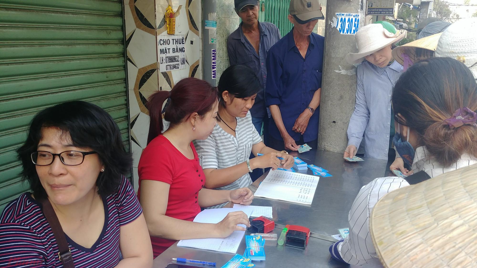 Tổ chức phát vé xe miễn phí cho nguoời lao động nghèo về quê đón Tết.
