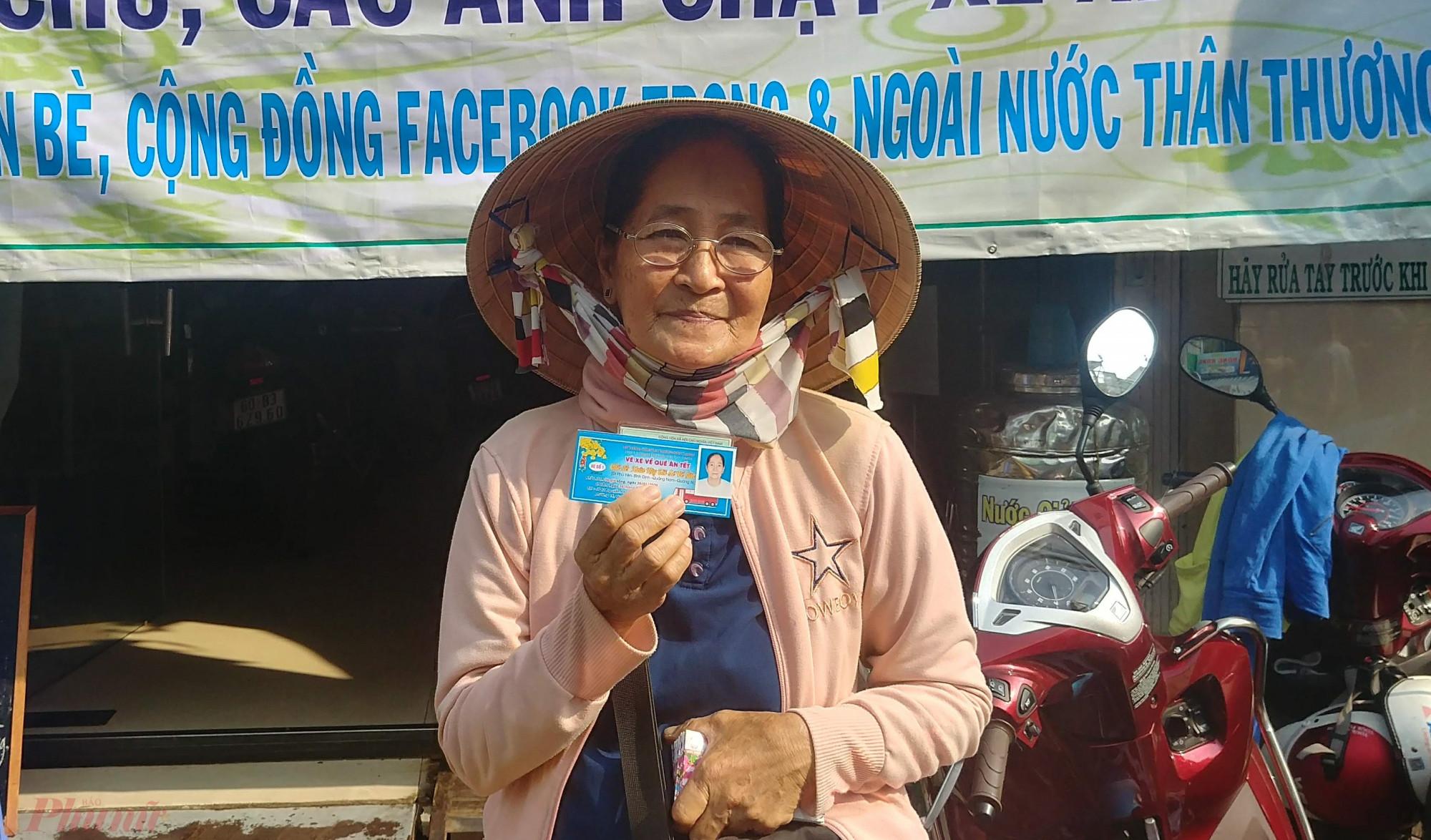 Cô Phan Thị Nay với niềm vui nhận được vé xe hỗ trợ về quê.