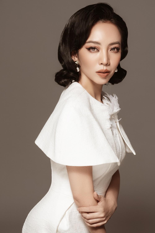 Lựa chọn phom dáng cổ điển, tông màu đen trắng chủ đạo kết hợp với mũ vành giúp Thu Trang khoe trọn vóc dáng mảnh mai.