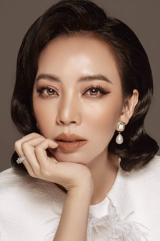 Trang điểm nude trầm bắt trend cùng mái tóc uốn xoăn chuẩn quý cô kiêu kỳ khá phù hợp với gương mặt của Thu Trang.