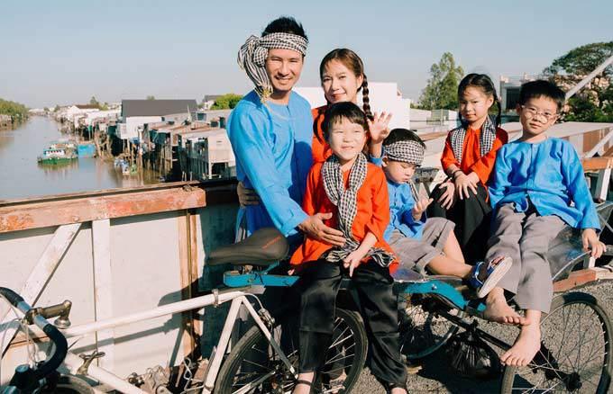 Lý Hải - Minh Hà cùng các con diện đồ bà ba chụp hình trước Tết