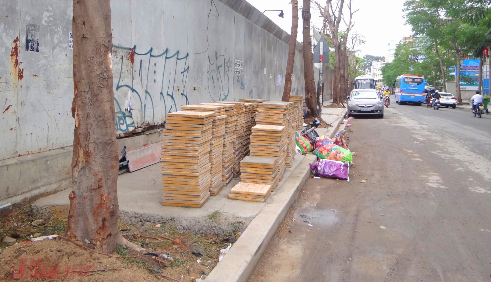 Tình trạng bê tông hóa vỉa hè làm cho cây xanh trên đường phố Sài Gòn không còn không gian thấm nước, cây khó sinh trưởng bình thường.