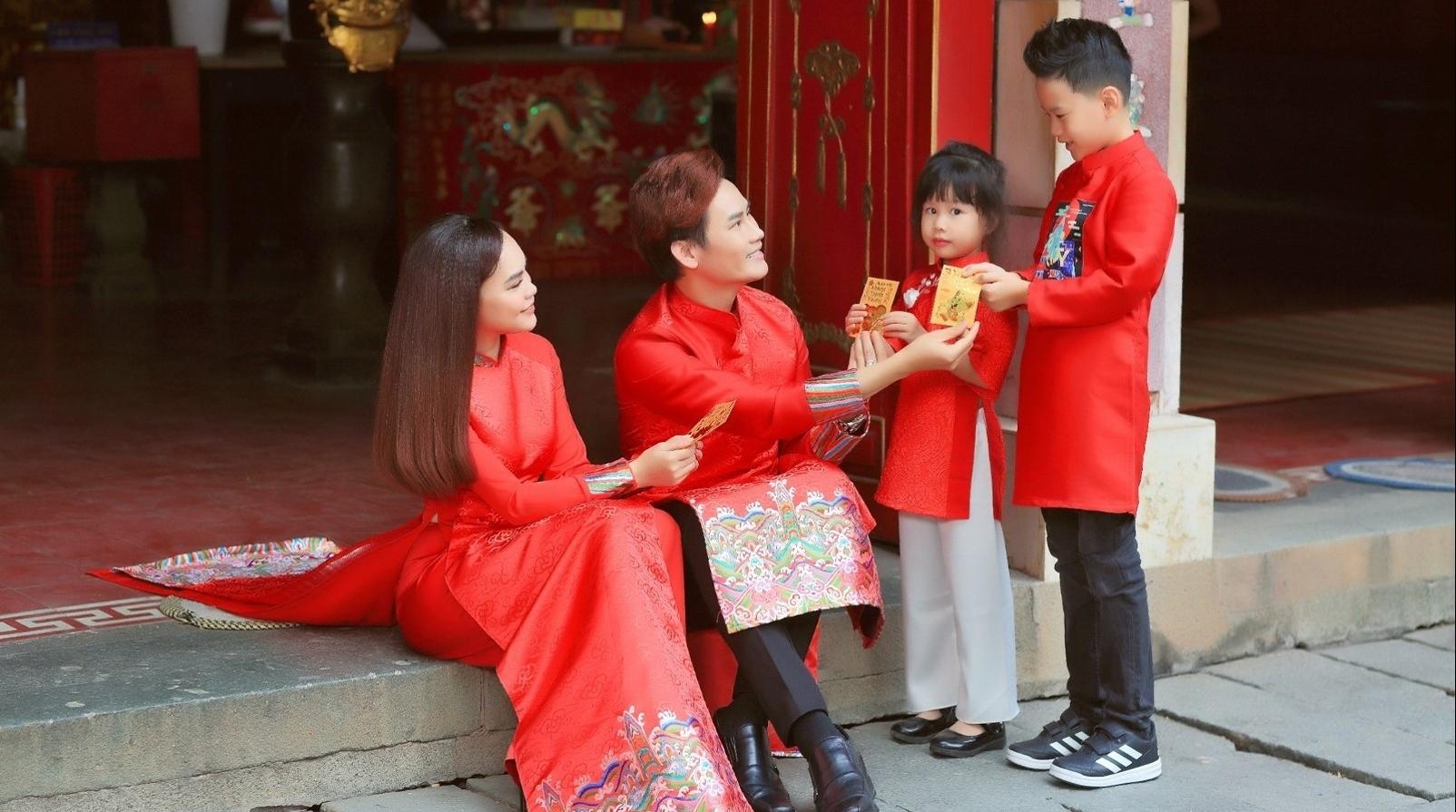 Gia đình nam MC cũng chọn diện áo dài màu đỏ, tượng trưng cho sự may mắn nhân dịp đầu  năm mới. Các hoạ tiết được trang trí ở chân tà áo, tay... giúp những chiếc áo dài thêm phần nổi bật.