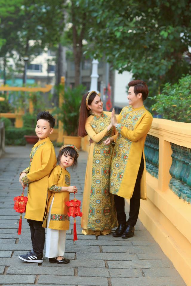 Gia đình MC Hồng Phúc du xuân với những tà áo dài rực rỡ. Anh và bà xã diện trang phục đồng điệu màu sắc với các con.