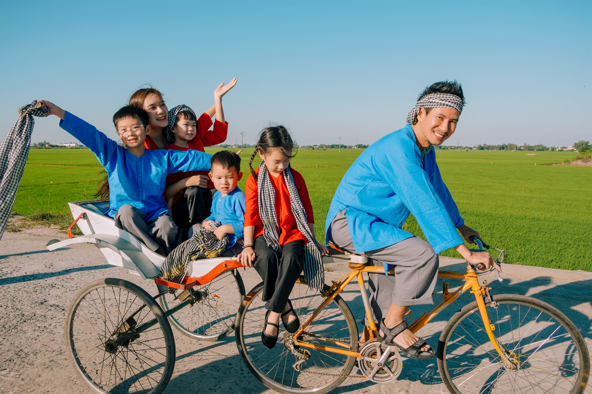 Gia đình Lý Hải - Minh Hà lại vui Tết độc đáo với những chiếc áo bà ba đậm chất Nam bô