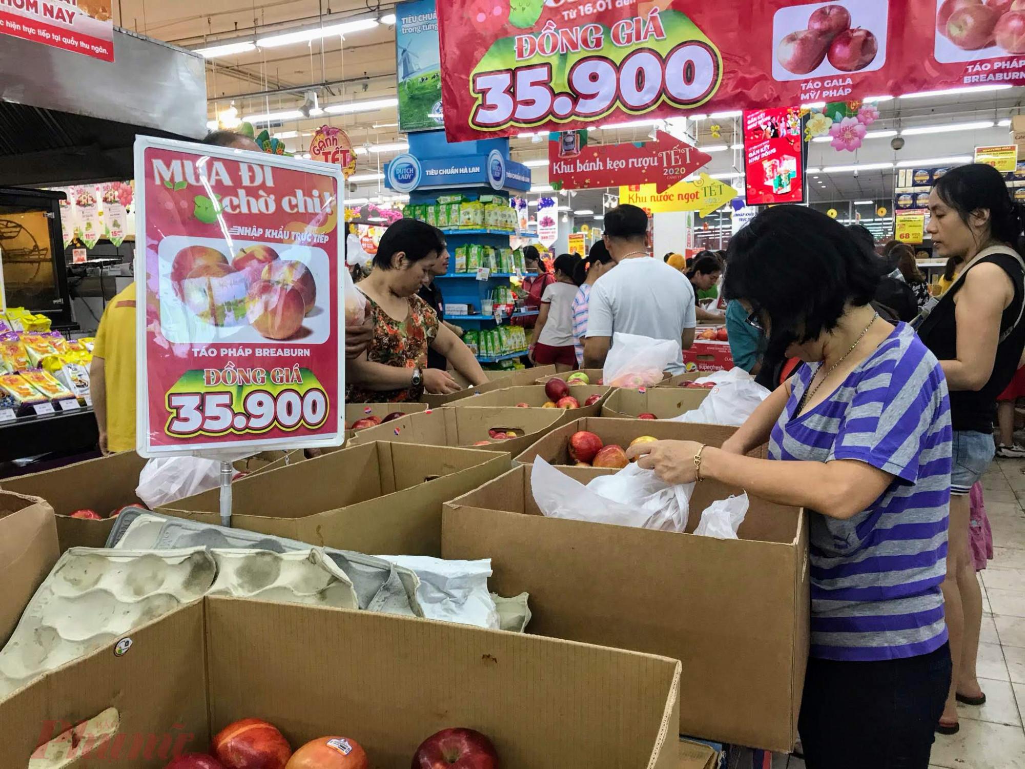 Còn tại Big C Gò Vấp, đêm 28 Tết ghi nhận cũng khá đông khách. Theo như thông báo của các siêu thị tại TPHCM, hầu như các siêu thị đều mở cửa đến 12h trưa ngày 30 Tết sau đó nghỉ đến mùng 2 Tết bắt đầu mở bán lại.