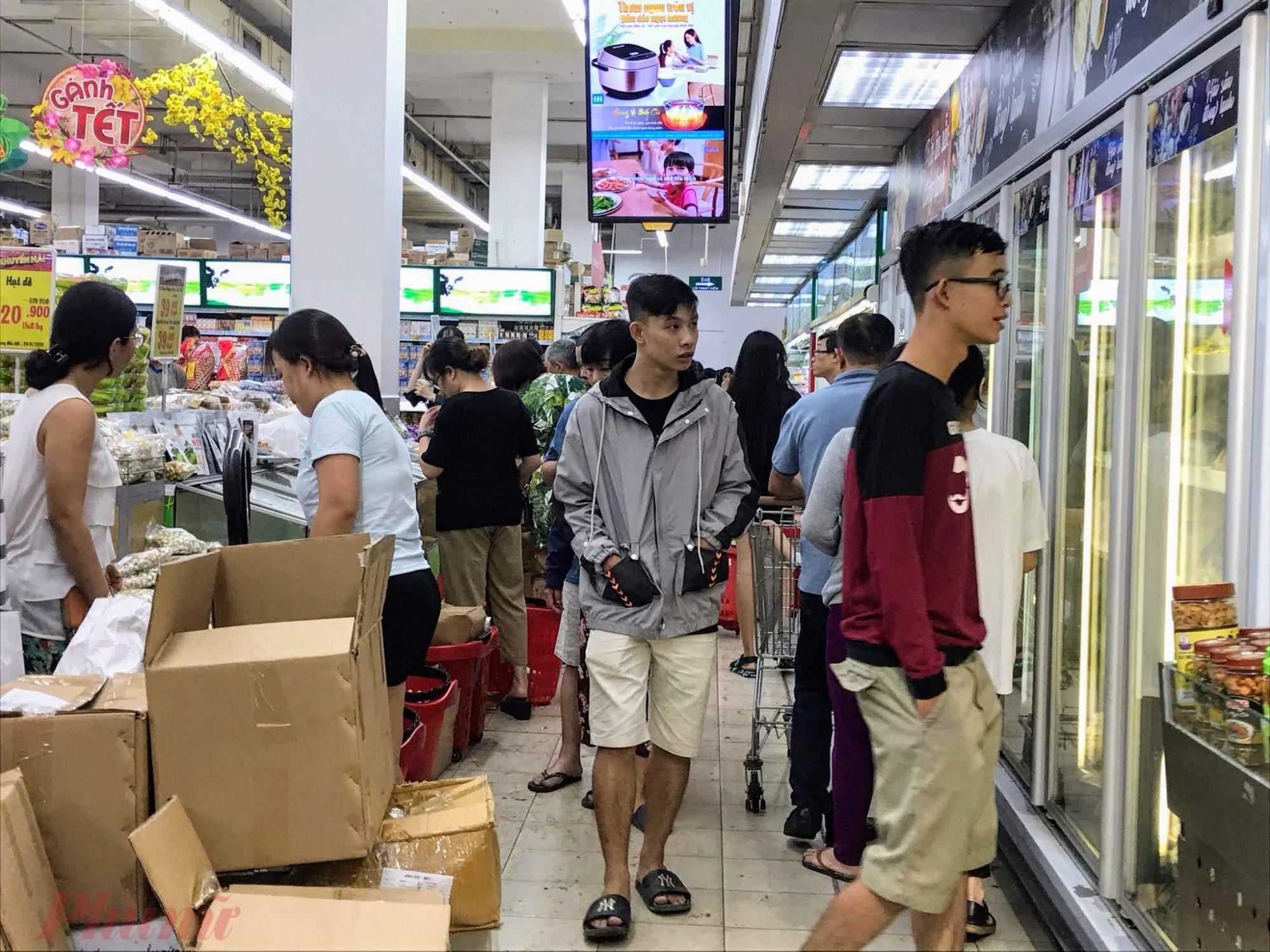 Theo như thông báo của các siêu thị tại TPHCM, hầu như các siêu thị đều mở cửa đến 12h trưa ngày 30 Tết sau đó nghỉ đến mùng 2 Tết bắt đầu mở bán lại.