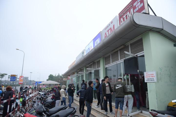 Từ sáng sớm ngày 20/1, tại một số điểm rút tiền ATM của Hà Nội xảy ra tình trạng ách tắc khi người dân lũ lượt đi rút tiền tiêu Tết.