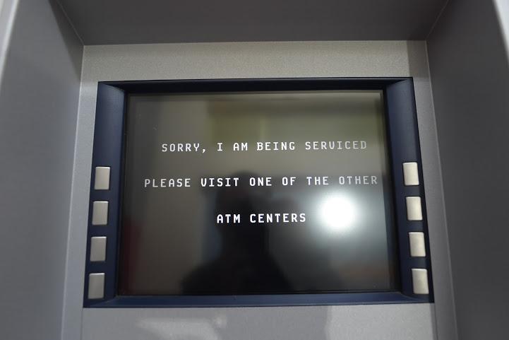 Lượng người rút tiền đông đến mức nhiều máy ATM đã báo lỗi máy vì quá tải hoặc hết tiền.