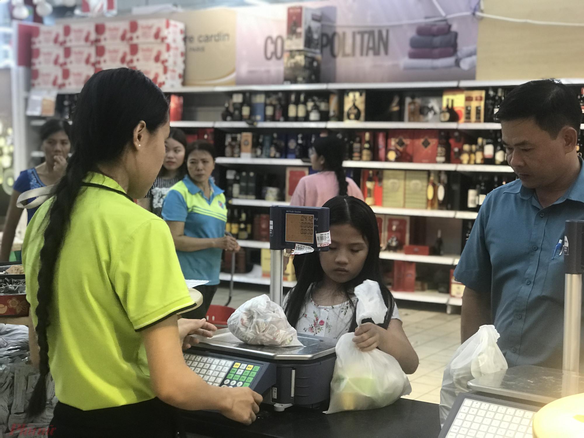 Một két cân hàng tại siêu thị Big C, khách hàng phải chờ để đến lượt cân.
