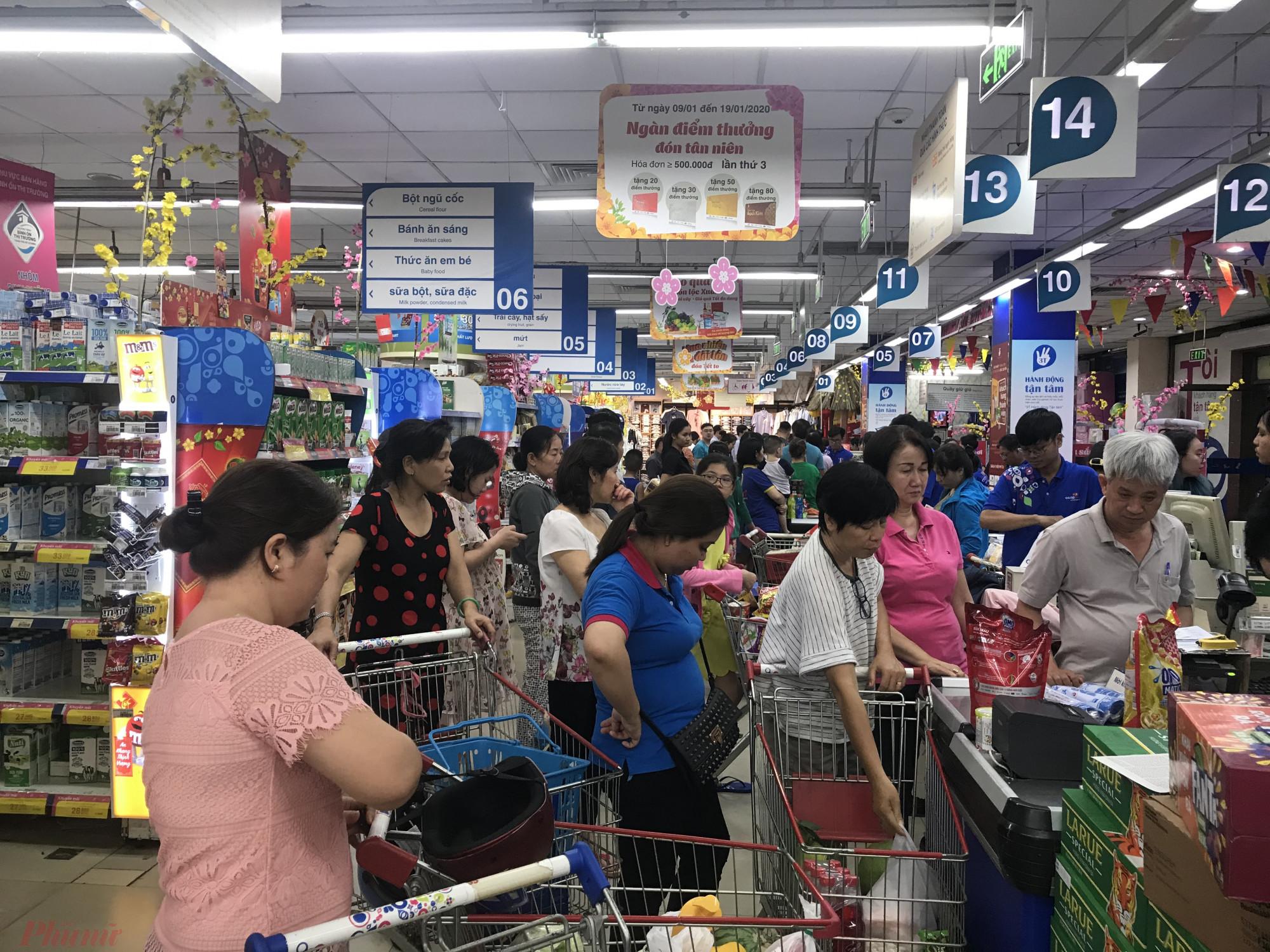 Mở khuya hơn hệ thống Co.op Mart phục vụ khách từ 6h sáng đến 24h theo ghi nhận của phóng viên rất khuya nhưng lượng khách tính tiền tại Co.op Nhiêu Lộc
