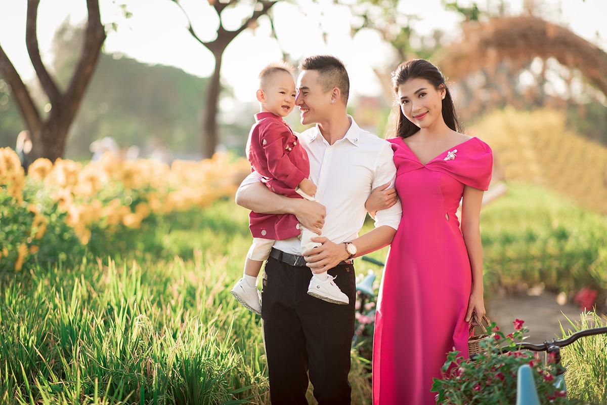 Thuý Diễm diện áo dài cách tân màu hồng. Bé Bảo Bảo cũng được diện tông màu tương tự. Lương Thế Thành lại trông lịch lãm với sơ mi trắng phối cùng quần âu.