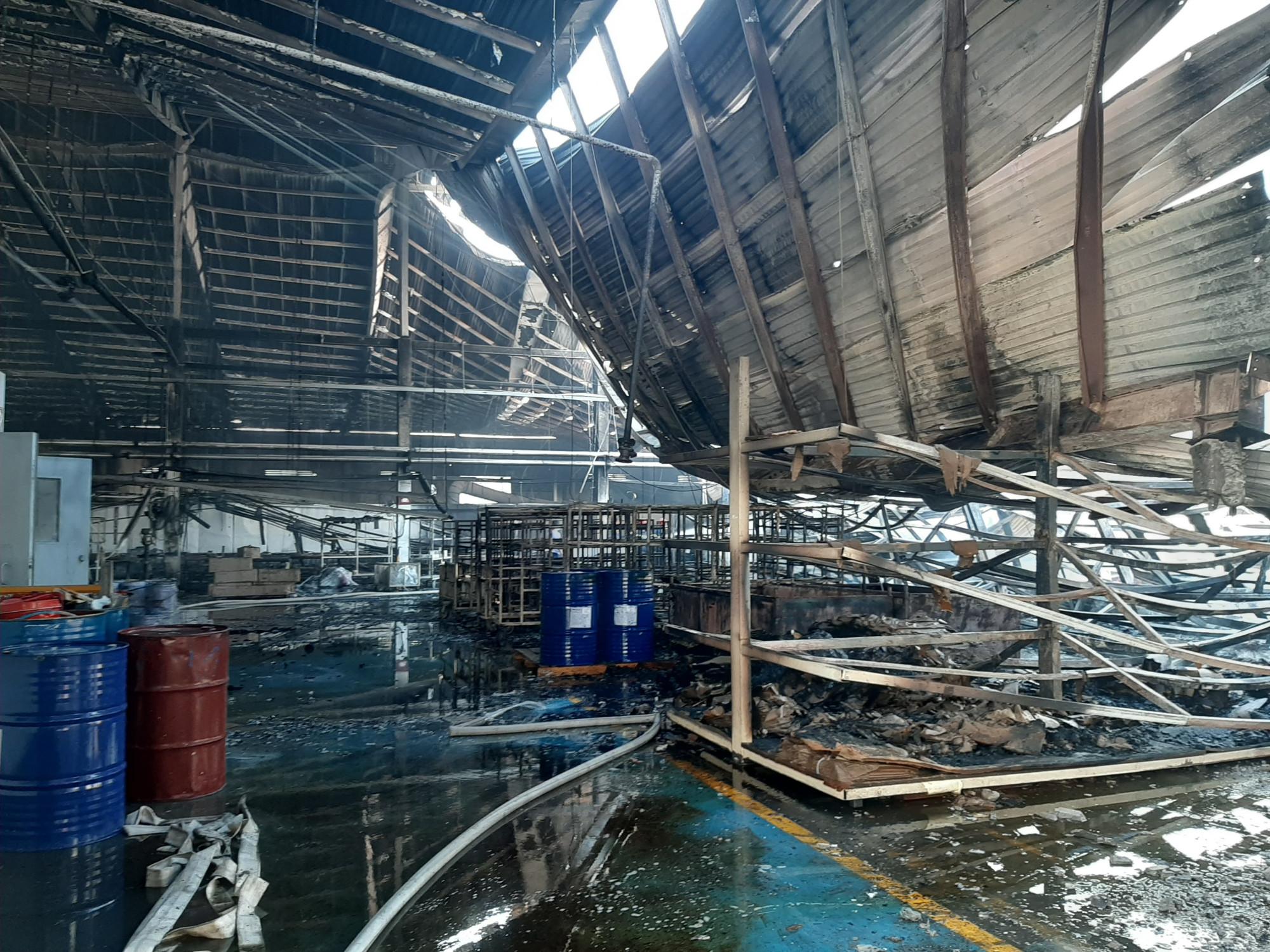 Gần 2.000m2 nhà xưởng bị thiêu rụi
