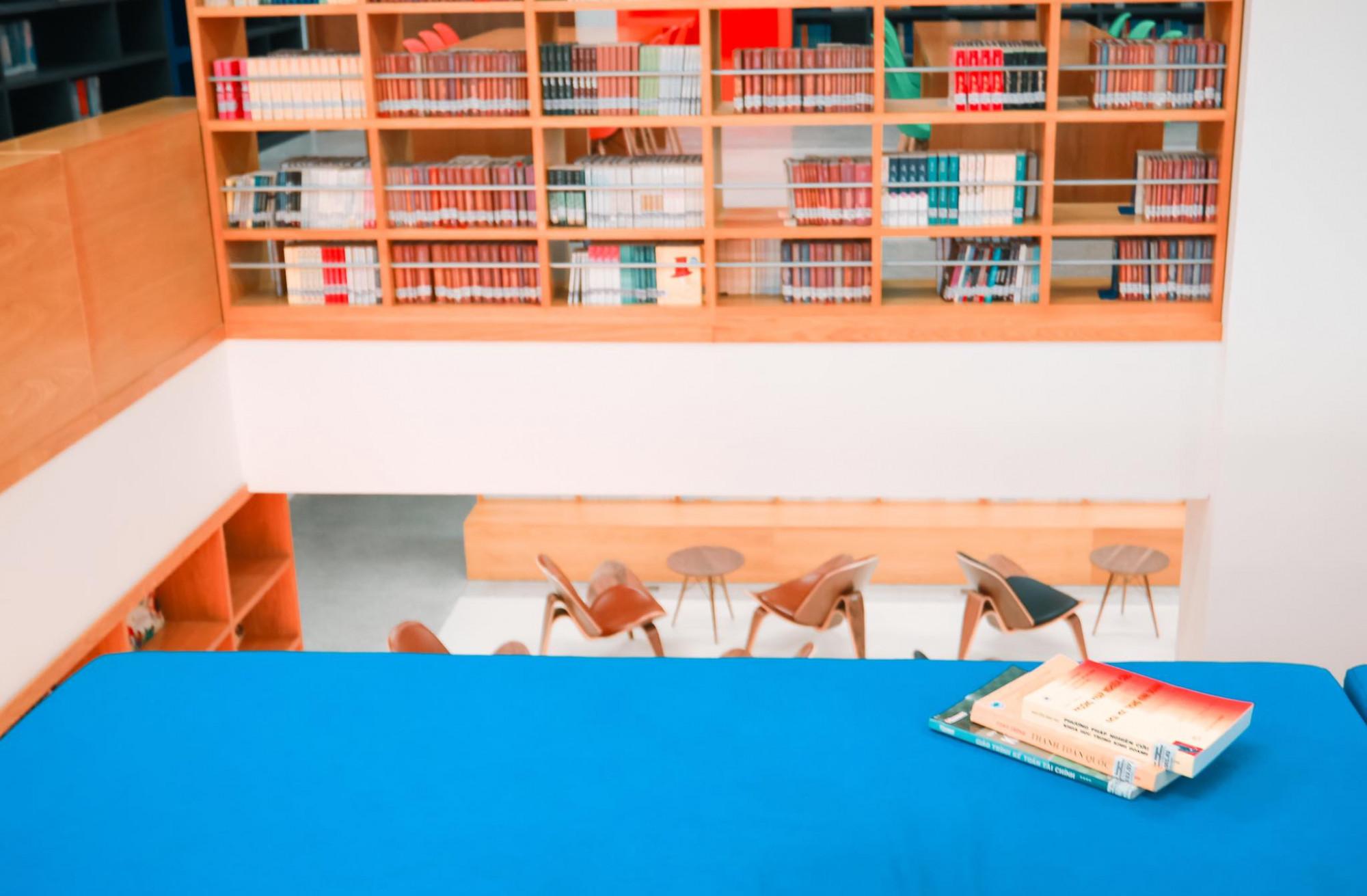Hành lang, cầu thang đều có thể trở thành giá sách và nơi tự học