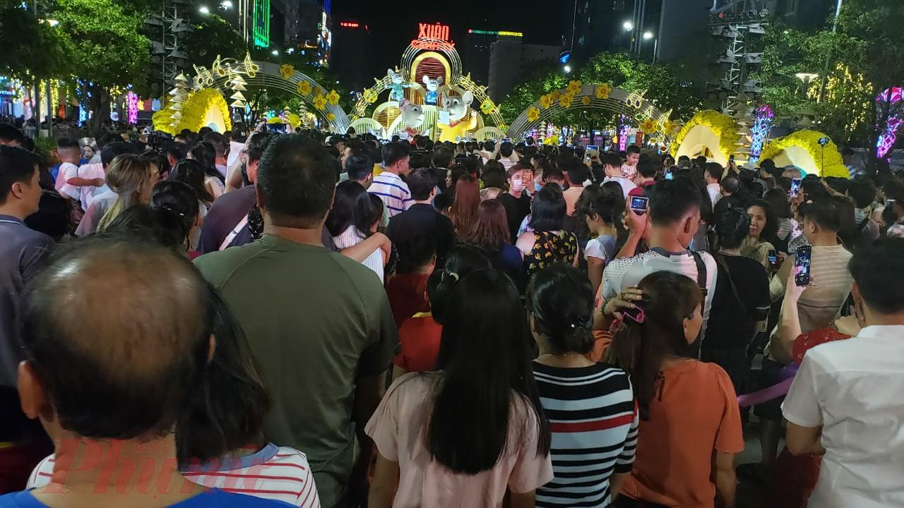 Hàng ngàn người dân đến tham quan đường hoa ngay khi mở cửa.