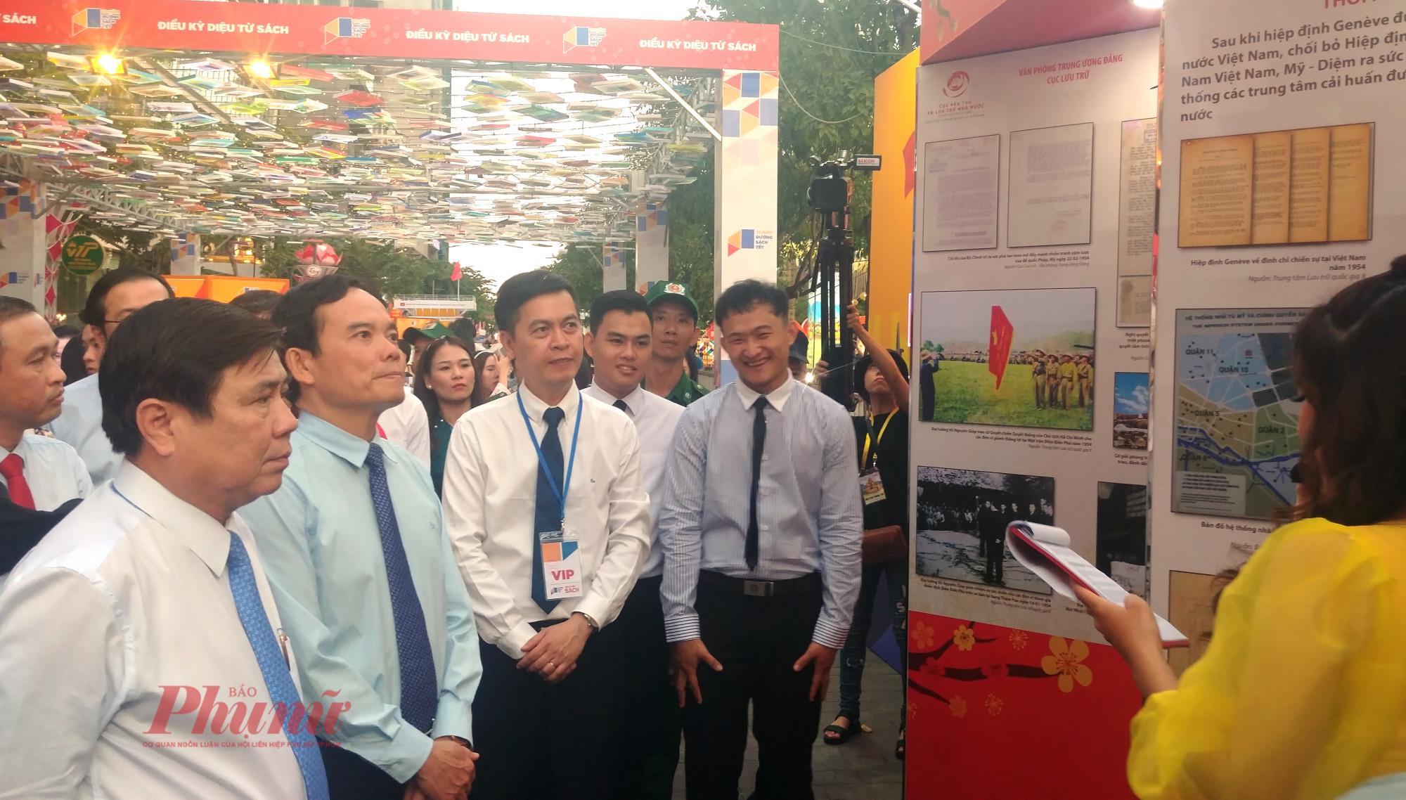 Lãnh đạo TPHCM tham quan đường sách 2020 trên tuyến đường Nguyễn Huệ - Mạc Thị Bưởi
