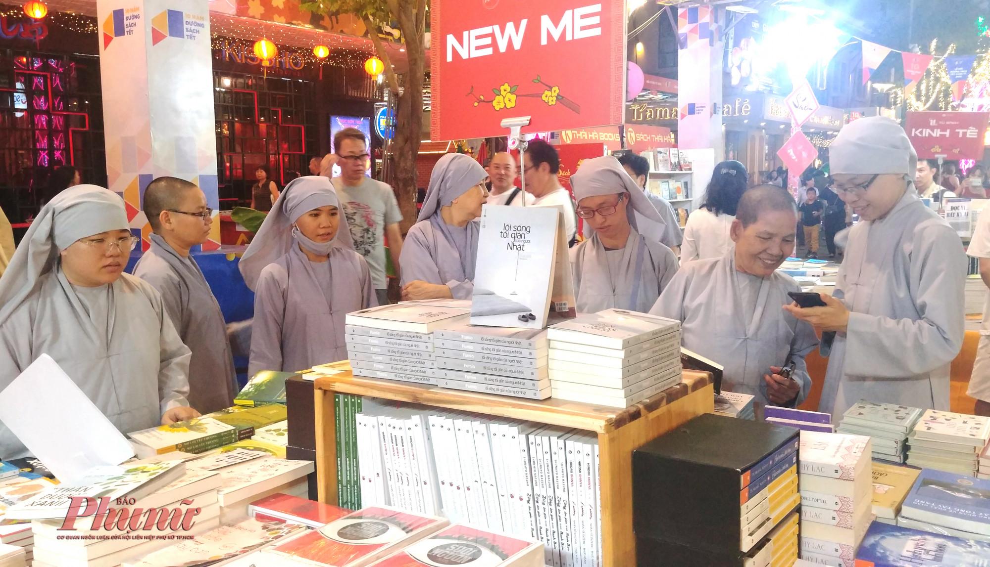 Rất đông người dân đến xem, đọc sách trong ngày khai mạc