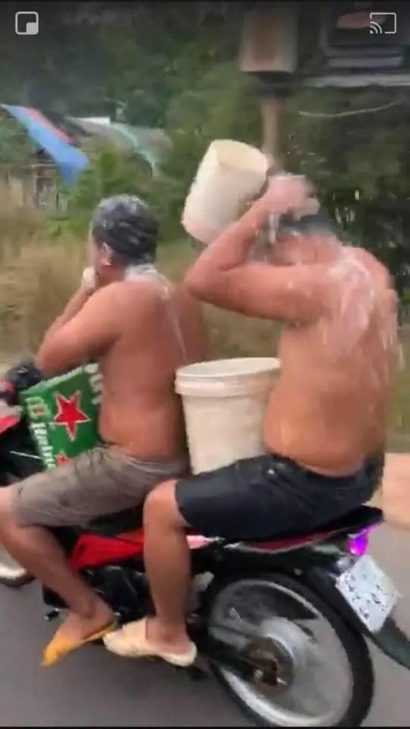 Hai thanh niên chở nhau vừa đi vừa tắm, ảnh cắt từ clip