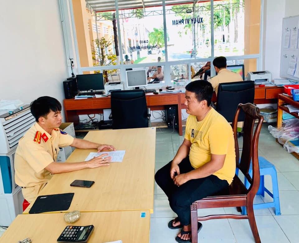 Huỳnh Thanh Khang làm việc cùng CSGT tại cơ quan công an