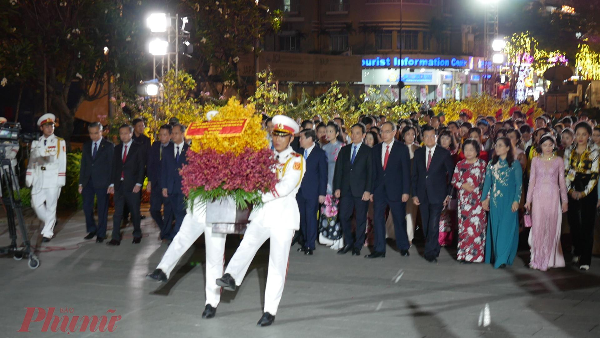 rước giờ mở cửa, đoàn lãnh đạo và đại biểu trung ương, thành phố do Bí thư Thành ủy TPHCM Nguyễn Thiện Nhân dẫn đoàn đã đến dâng hoa Chủ tịch Hồ Chí Minh