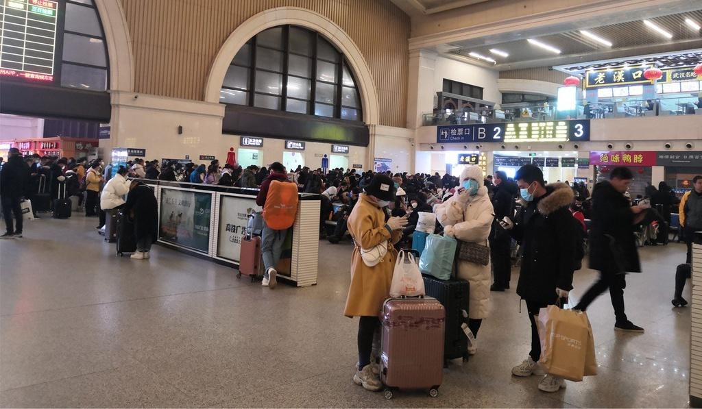 Người dân tại thành phố Vũ Hán (Trung Quốc) tìm cách rời khỏi thành phố khi dịch bệnh do virus corona diễn biến xấu