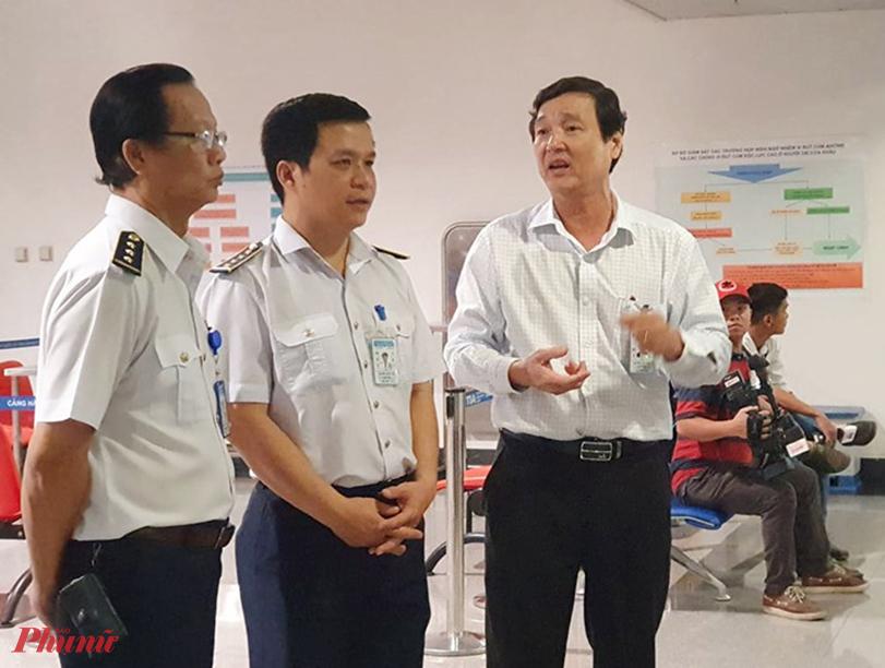 Bác sĩ Hưng làm việc với an ninh sân bay Tân Sơn Nhất TPHCM
