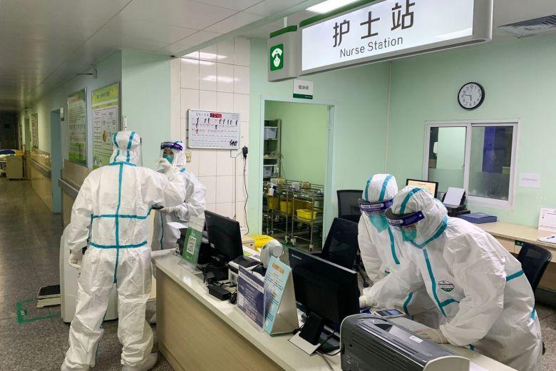 Nhân viên bệnh viện mặc đồ bảo hộ ở Vũ Hán. Ảnh: AFP