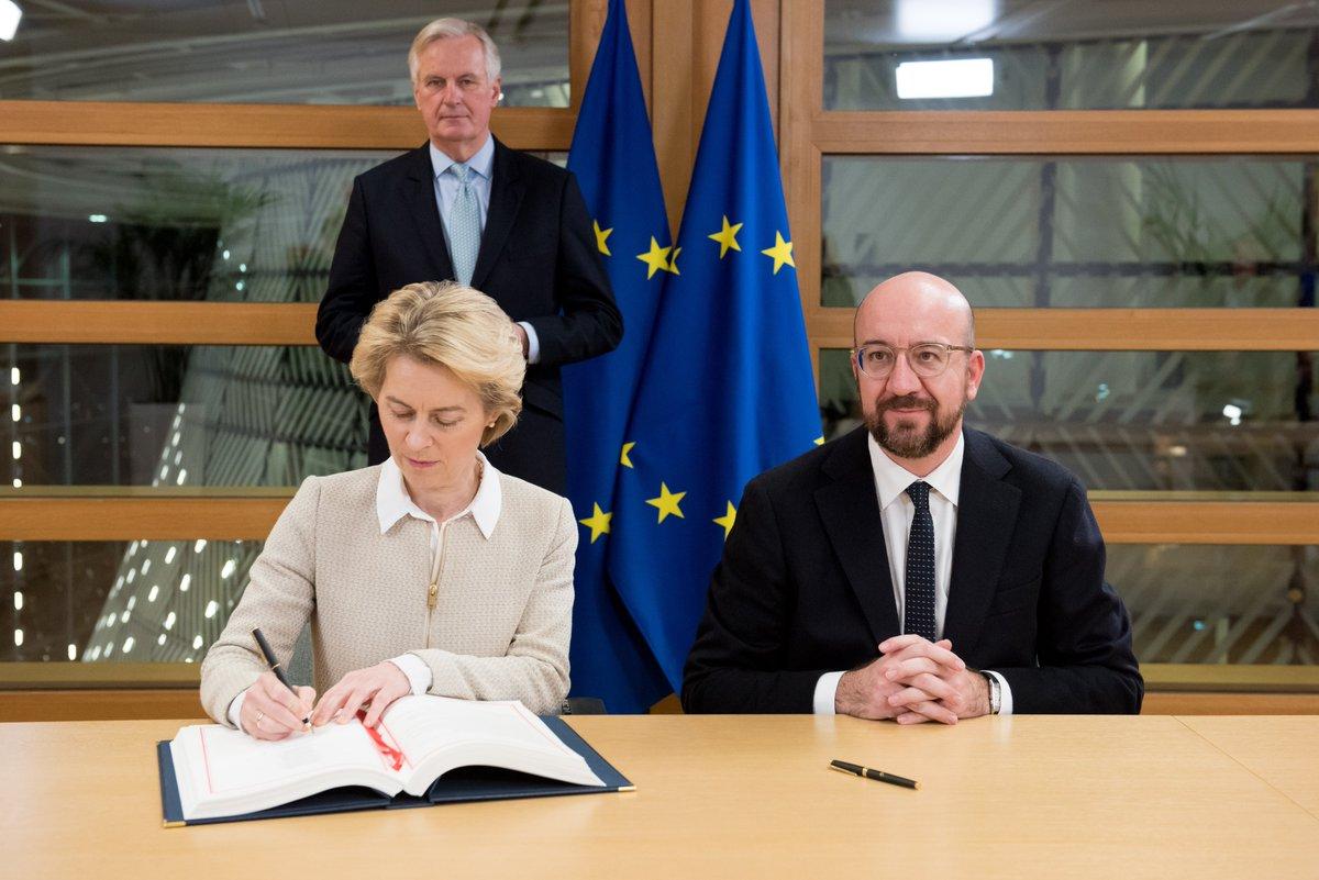 Người đứng đầu Hội đồng châu Âu - bà Ursula von der Leyen - và lãnh đạo Ủy ban châu Âu - ông Charles Michel - đã ký thông qua thỏa thuận rúi lui khỏi EU của Anh,phía sua họ là ông Michel Barnier, thành viên Ủy ban Liên minh châu Âu.