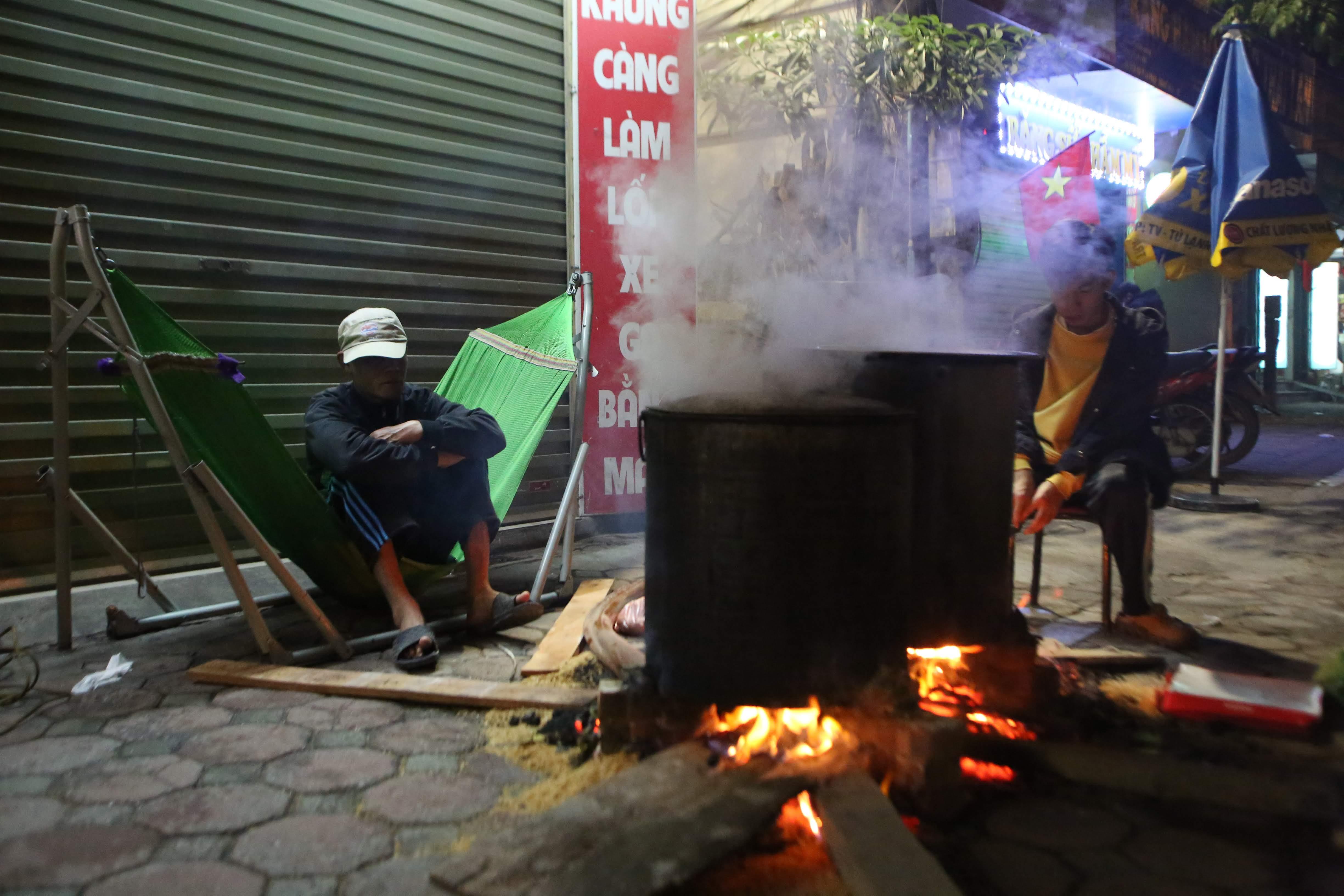 Một nồi bánh chưng khác của gia đình chú Hải cũng đang đỏ lửa trên phố Vũ Tông Phan.\