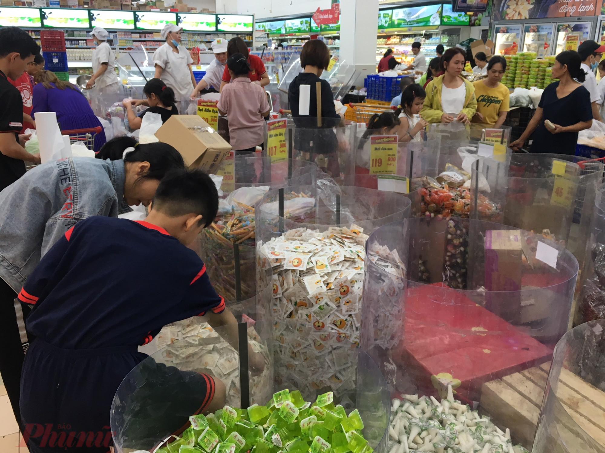 Nhiều khay chứa bánh kẹo dã trống trơn trước giờ siêu thị đóng cửa