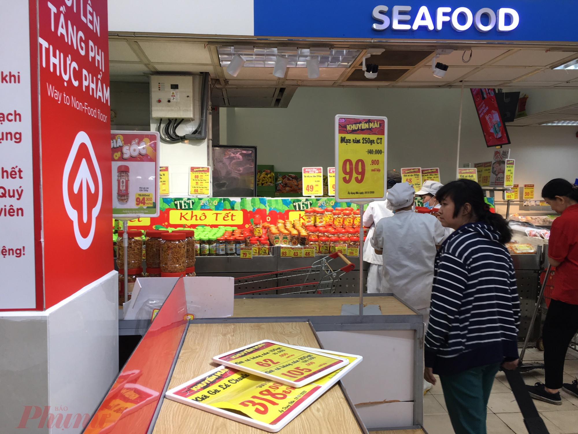 Việc giảm giá các mặt hàng thiết yếu phục vụ nhu cầu những ngày tết đã kích thích người mua