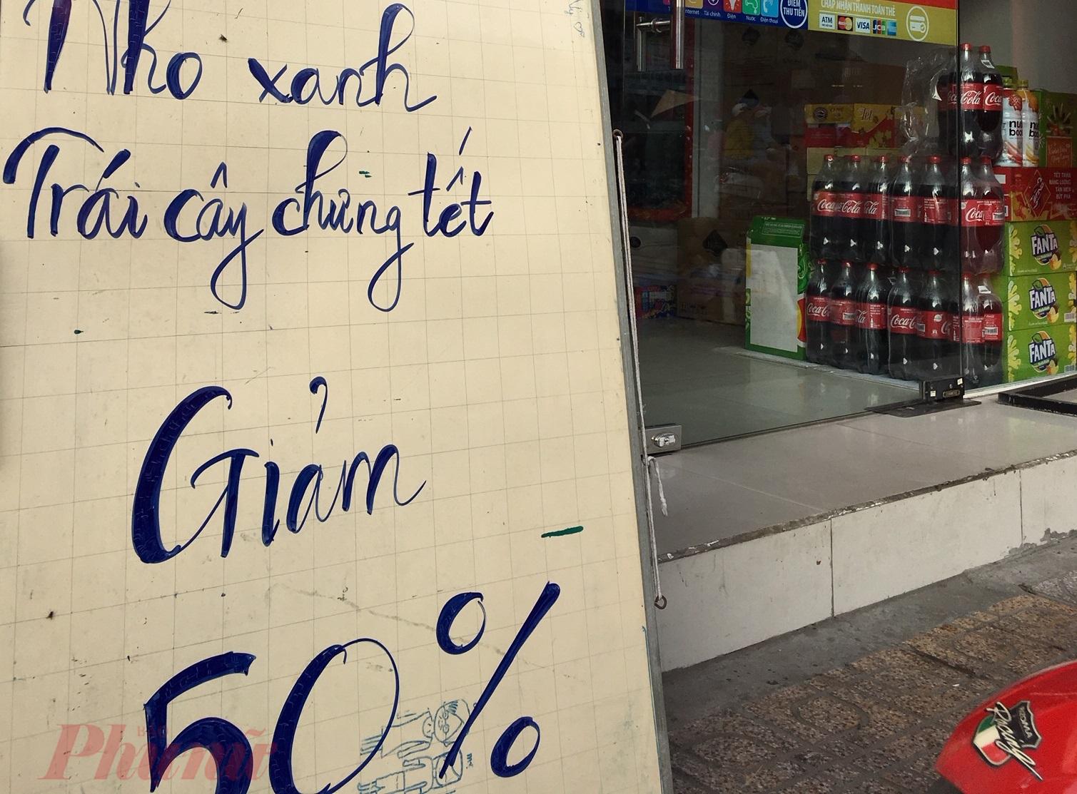 Các cửa hàng tiện lợi cũng giảm giá mạnh các nhóm hàng tiêu dùng, trái cây nhập khẩu